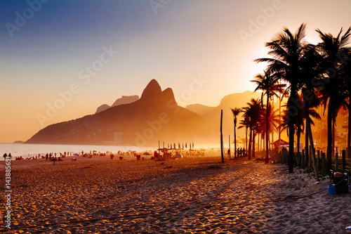 Photo  Ipanema beach in Rio de Janeiro on a gorgeous sunset