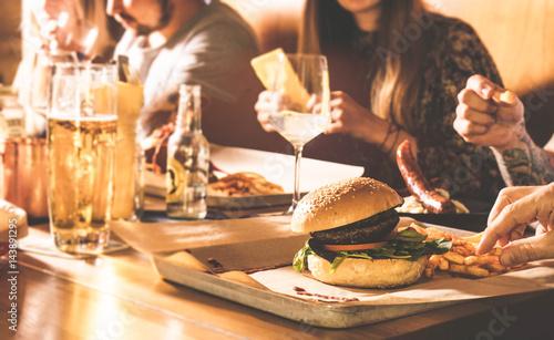 Fényképezés  Freunde essen zusammen - Dry Aged Beef Burger mit Pommes