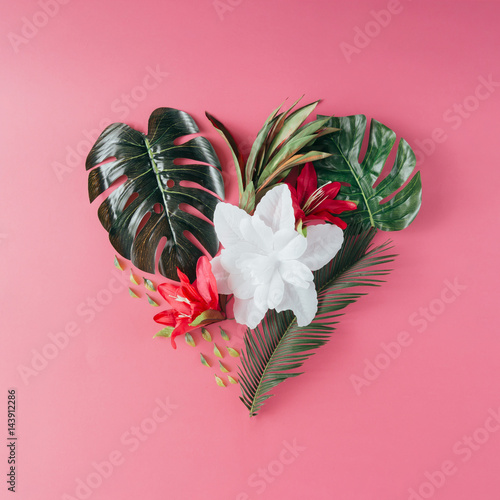 Foto  Tropical leaves and flowers in shape of a heart