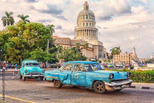 fototapeta na ścianę Cuba,Havana, Taxis in front of Capitolio