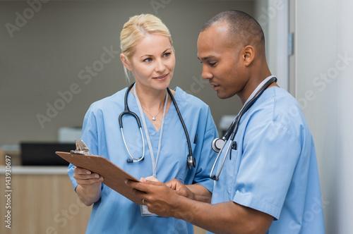 Fotografia  Nurses checking medical reports