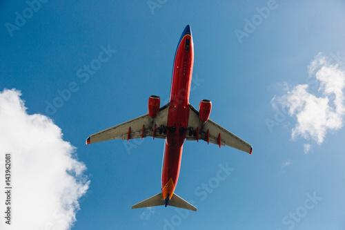 Photo airplane flies overhead