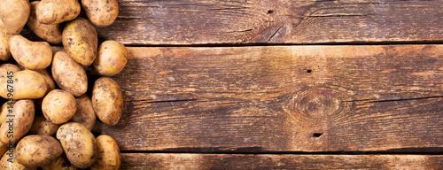 Obraz na płótnie fresh potatoes on wooden table