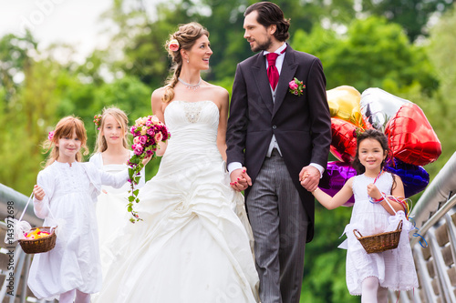 Hochzeit Braut Und Brautigam Mit Blumenkinder Im Weissen Kleid Buy