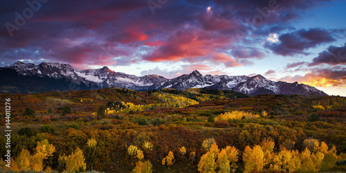 фотография  Dramatic sunset over the Dallas Divide at Colorado's San Juan Mountains