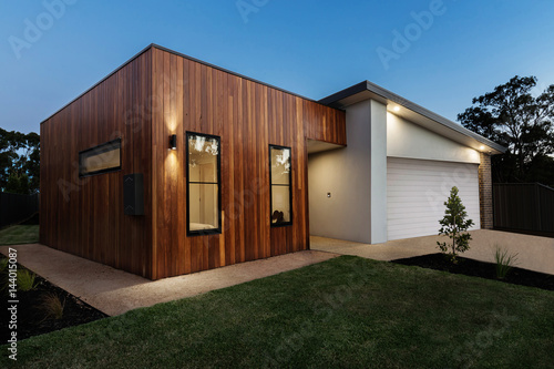 Fototapeta Dusk shot of a contemporary Australian home obraz