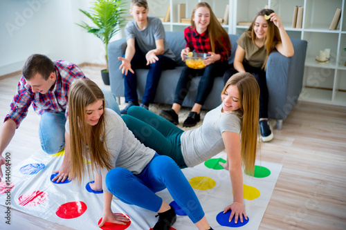 Fotografie, Obraz  Friends playing twister