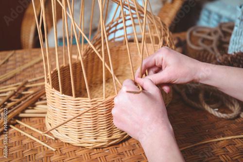 Obraz woman making basktes - fototapety do salonu