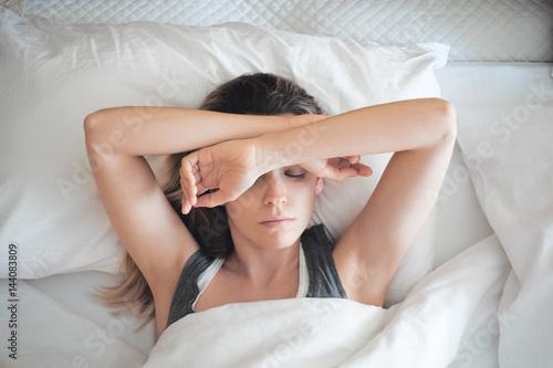 Fototapeta Donna a letto assonnata, sonno al mattino o stress
