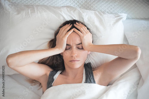 Donna con mal ti testa a letto, stressata Canvas Print