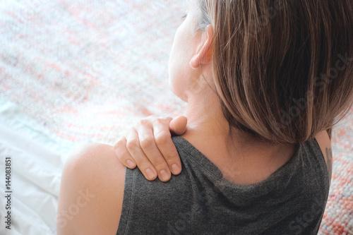 Valokuva  Donna con dolore alla spalla, cervicale o collo