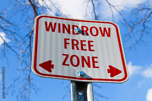 Fotografía  Windrow free zone sign in the city