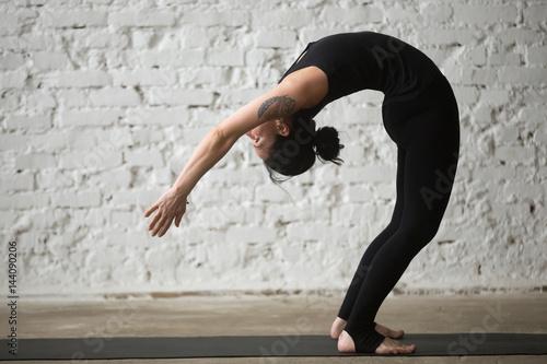 Photo Young yogi attractive woman practicing yoga concept, standing Backward Bend exer