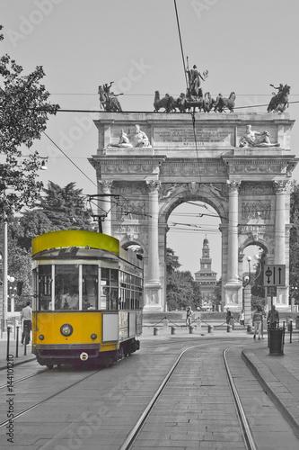 Plakat Mediolan z tramwajem blisko łuku pokój Lombardy Włochy