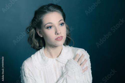 Photo Retro 1940s beauty portrait of young brunette woman wearing white shirt