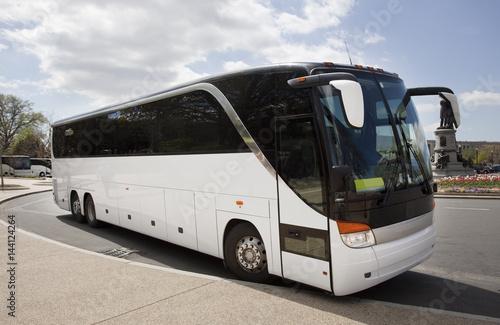 Foto  Geparkter weißer Sightseeing-Bus.