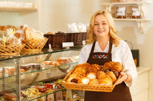 In de dag Bakkerij Senior female baker at her shop