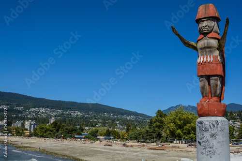 Photo  Totem pole against the background of mountains