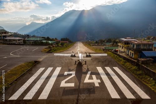Photo  Airplane before taking off at Runway of small Airport Himalaya