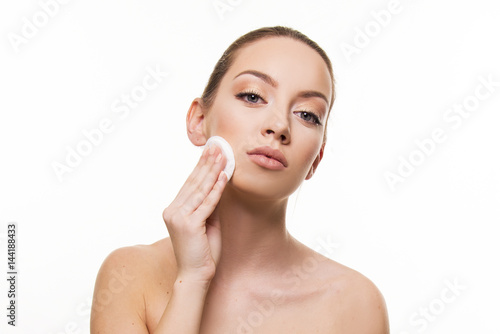 Fototapety, obrazy: Woman remove make up with pad