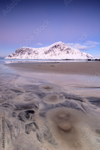 In de dag Noord Europa Pink sky and snowy peaks frame the surreal Skagsanden beach at sunset Flakstad Nordland county Lofoten Islands Norway Europe