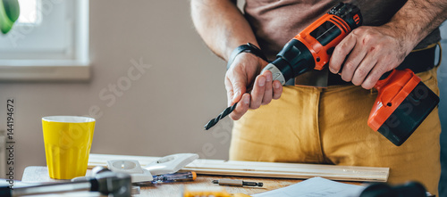 Obraz Man using cordless drill - fototapety do salonu