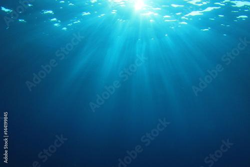 Papiers peints Recifs coralliens Underwater blue ocean background with sunlight