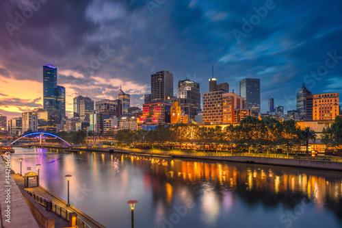 Fototapeta premium Miasto Melbourne. Cityscape obraz Melbourne, Australia podczas dramatycznego zachodu słońca.