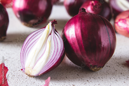 Red onion bulbs on white painted table Fototapete