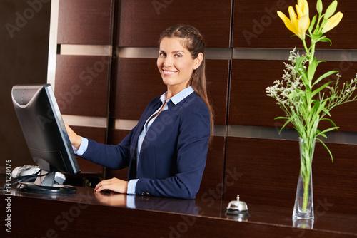 Plakat Przyjazny concierge w recepcji hotelu