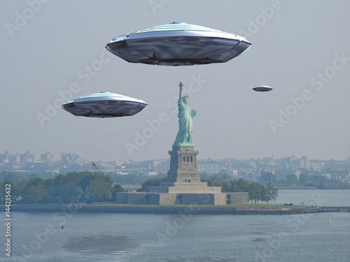 Poster UFO Visitors Alien craft near New York City