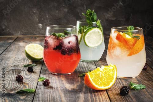 trzy-roznorodne-drinki-na-drewnianym-stole