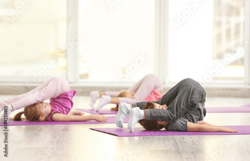 Montage in der Fensternische Gymnastik Group of children doing gymnastic exercises
