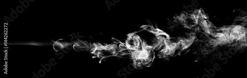 Biały dym fantazji na czarnym tle