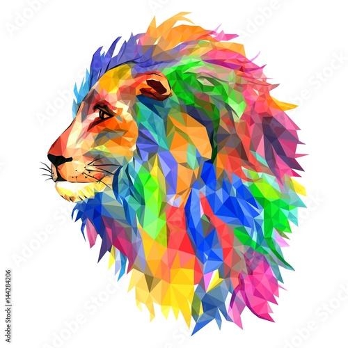 Głowa Lwa, król zwierząt, mozaika. Modny stylowy geometryczny na białym tle. Kolorowy wektor. geometryczne popsute trójkątne