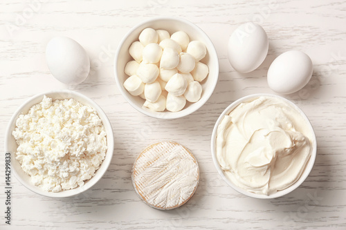 Poster Produit laitier Different dairy products on wooden table