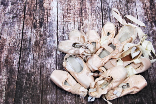 Foto  Old ballet shoes for classical dance