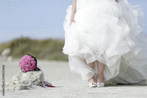 Bouquet Sposa Spiaggia.Bouquet Lilla Posto Sopra Una Roccia In Una Spiaggia E Affianco