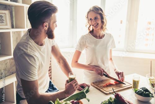 Stickers pour portes Cuisine Couple cooking healthy food