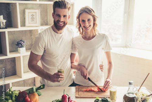 Photo sur Toile Cuisine Couple cooking healthy food