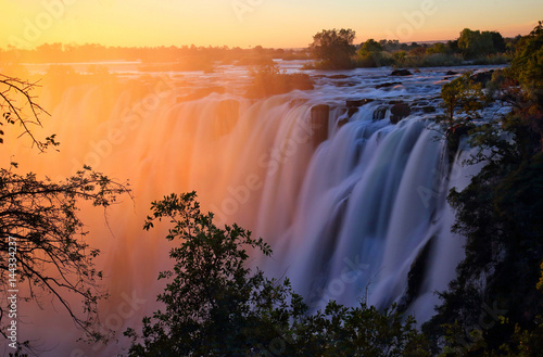 Montage in der Fensternische Wasserfalle Victoria Falls at sunset. Zambia