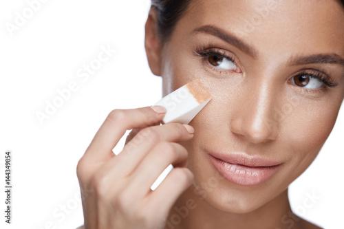 Photo Beautiful Woman Applying Foundation With Sponge. Beauty Face