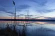 Blaue Stunde am Seeufer, dramatische Lichtstimmung