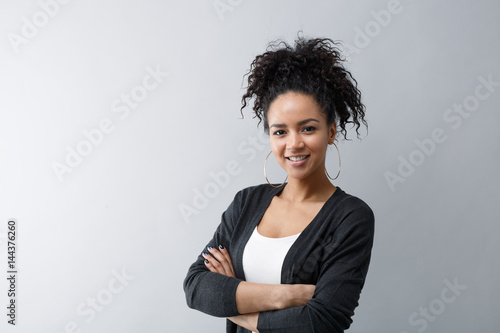 Fotografía Portrait of a confident young woman wearing cardigan