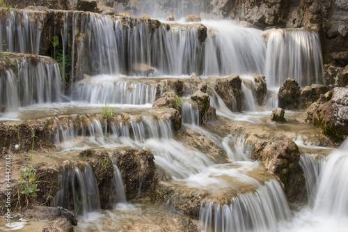 Acqua cascante sulle rocce © Lunipa