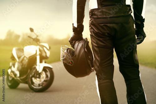 Motorradfahrer macht eine Pause
