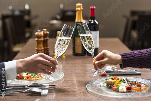 Fotografía  レストランで乾杯する二人