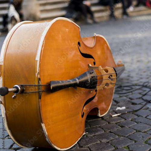 Zdjęcie XXL kontrabas położony na bruku w Rzymie. Muzyka na drogę