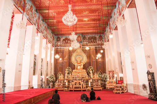Photo  Buddhist faithful inside Wat Chanasongkhram Ratchaworamahawihan (Wat Chana Songk