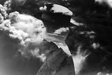 Monochromatyczny wielokrotny ujawnienie jest ubranym kapelusz, mountainscape i burzowego cloudscape dziewczyna - 144447452